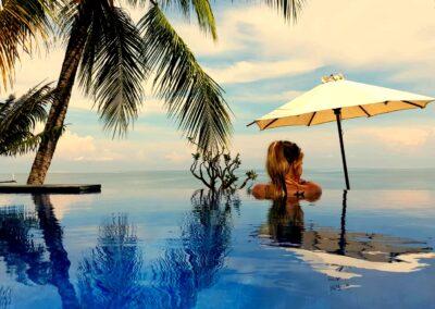 Droom Durf Doe - foto van vrouw bij de rand van een infinity pool, uuitkijken over de zee in het noorden van Bali