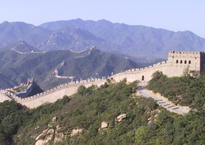 Foto van de Chinese muur - je kunt het eind van de muur niet zien, maar dat hoeft je niet tegen te houden om de eerste stap op de muur te zetten