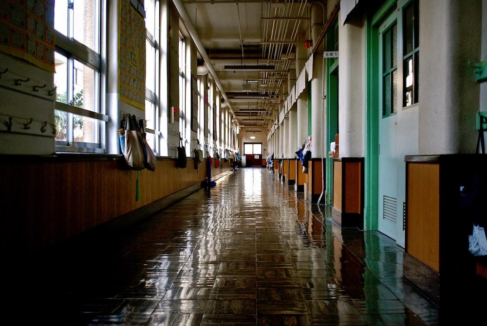 De juf die geen juf is - afbeelding van een gang in een schoolgebouw bij het blog 'We gaan een leraren risicolijst maken.