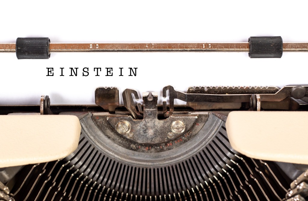 Het woord Einstein zichtbaar getypt op een oude typemachine