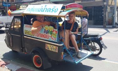 Droom-Durf-Doe-Roy-en-Katrín-in-tuk-tuk-Thailand.